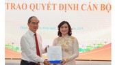 Bí thư Thành ủy TPHCM Nguyễn Thiện Nhân trao quyết định cho đồng chí Phan Thị Thắng. Ảnh: VIỆT DŨNG