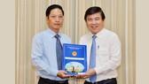 Đồng chí Nguyễn Thành Phong, Chủ tịch UBND TPHCM trao quyết định tiếp nhận và bổ nhiệm đồng chí Đặng Minh Đạt làm Chánh Thanh tra TPHCM. Ảnh: VIỆT DŨNG