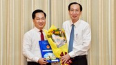 Đồng chí Lê Thanh Liêm, Phó Chủ tịch Thường trực UBND TPHCM trao quyết định cho đồng chí Hoàng Tùng. Ảnh: VIỆT DŨNG