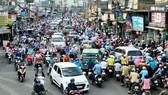 Áp lực dân số đông ảnh hưởng đến giao thông, môi trường tại TPHCM. Ảnh: THÀNH TRÍ