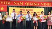 Chủ tịch UBND TPHCM Nguyễn Thành Phong và Phó Chủ tịch UBND Trần Vĩnh Tuyến tặng bằng khen cho các doanh nghiệp. Ảnh: VIỆT DŨNG