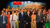 Đồng chí Nguyễn Thiện Nhân cùng các đồng chí lãnh đạo TPHCM gặp gỡ kiều bào. Ảnh: VIỆT DŨNG