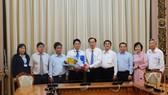 Phó Chủ tịch Thường trực UBND TPHCM Lê Thanh Liêm trao quyết định tới ông Võ Văn Thật, Phó Hiệu trưởng Trường Đại học Sài Gòn