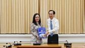 Phó Chủ tịch Thường trực UBND TPHCM Lê Thanh Liêm trao quyết định bổ nhiệm bà Ngô Thị Hoàng Các giữ chức vụ Phó Giám đốc Sở Nội vụ TPHCM