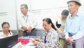 Từ ngày 16-4, cán bộ tới tận nhà chi trả lương hưu cho hưu trí tại TPHCM