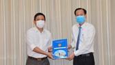 Phó Chủ tịch Thường trực UBND TPHCM Lê Thanh Liêm trao quyết định của UBND TPHCM về điều động đồng chí Trần Xuân Điền, Chủ tịch UBND quận 10, đến nhận công tác tại Thành ủy TPHCM. Ảnh: VIỆT DŨNG