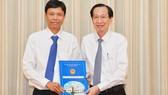 Phó Chủ tịch Thường trực UBNDTPHCM Lê Thanh Liêm trao quyết định cho đồng chí Nguyễn Bá Thành. Ảnh: VIỆT DŨNG