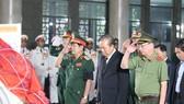 Phó Thủ tướng Thường trực Trương Hòa Bình thành kính viếng đồng chí Trần Quốc Hương