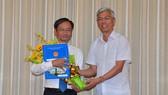Phó Chủ tịch UBND TPHCM Võ Văn Hoan trao quyết định bổ nhiệm ông Võ Trung Trực. Ảnh: VIỆT DŨNG
