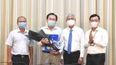 Phó Chủ tịch UBND TPHCM Võ Văn Hoan trao quyết định cán bộ