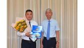 Phó Chủ tịch UBND TPHCM Võ Văn Hoan trao quyết định cho đồng chí Đặng Phú Thành. Ảnh: VIỆT DŨNG