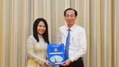 Phó Chủ tịch Thường trực UBND TPHCM Lê Thanh Liêm trao quyết định điều động và bổ nhiệm bà Phan Nguyễn Thanh Vân giữ chức vụ Phó Hiệu trưởng Trường Đại học Y khoa Phạm Ngọc Thạch