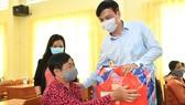 Phó Chủ tịch UBND TPHCM Lê Hòa Bình thăm, tặng quà người dân bị hạn hán ở tỉnh Đồng Tháp
