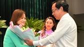 Bí thư Thành ủy TPHCM Nguyễn Văn Nên tặng hoa chúc mừng tân Trưởng Ban Đô thị HĐND TPHCM Nguyễn Thị Thanh Vân. Ảnh: VIỆT DŨNG