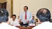 Giám đốc Sở LĐTB-XH TPHCM Lê Minh Tấn (đứng)