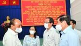 Chủ tịch nước Nguyễn Xuân Phúc trao đổi cùng các đồng chí lãnh đạo TPHCM tại hội nghị. Ảnh: VIỆT DŨNG