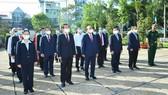 Chủ tịch nước Nguyễn Xuân Phúc cùng các đồng chí lãnh đạo TPHCM dâng hương, dâng hoa tại di tích Nhà thương Giếng Nước. Ảnh: VIỆT DŨNG
