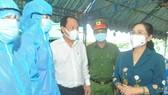 Chủ tịch HĐND TPHCM Nguyễn Thị Lệ tặng quà chốt tại cầu Phú Cường (xã Bình Mỹ, huyện Củ Chi)