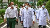 Bí thư Thành ủy TPHCM Nguyễn Văn Nên thăm cán bộ công an mắc Covid-19
