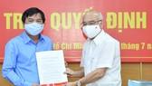 Trưởng Ban Tuyên Giáo Thành ủy TPHCM Phan Nguyễn Như Khuê trao quyết định cho đồng chí Tăng Hữu Phong. Ảnh: VIỆT DŨNG