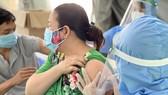 Công nhân được tiêm vaccine tại nơi làm việc. Ảnh: HOÀNG HÙNG