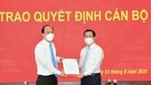 Phó Bí thư Thành ủy TPHCM Nguyễn Hồ Hải trao quyết định cho đồng chí Nguyễn Hoàng Anh. Ảnh: VIỆT DŨNG