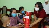 Phó Trưởng Đoàn ĐBQH TPHCM Văn Thị Bạch Tuyết trao quà trung thu tới bệnh nhi tại Bệnh viện Nhi đồng 2. Ảnh: LONG HỒ