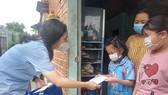 Huyện Bình Chánh trao gửi yêu thương tới trẻ em mồ côi vì Covid-19