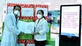 Chủ tịch HĐND TPHCM Nguyễn Thị Lệ tặng sữa cho trẻ em mắc Covid-19