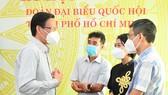 Chủ tịch UBND TPHCM Phan Văn Mãi trao đổi với báo chí bên lề kỳ họp. Ảnh: VIỆT DŨNG