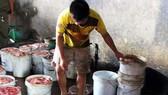 Gom mỡ nội tạng bẩn để sản xuất mỡ bán cho doanh nghiệp