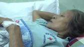 Một trong số các nạn nhân bị ong đốt phải nhập viện cấp cứu