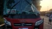 Xe khách va chạm với xe tải, tài xế bị thương, hành khách la hét sợ hãi