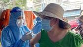 Tiêm vaccine Covid-19 cho người dân có nguy cơ chậm tiến độ do thiếu kim tiêm