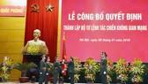 Đại tướng Ngô Xuân Lịch, Ủy viên Bộ Chính trị, Phó Bí thư Quân ủy Trung ương, Bộ trưởng Bộ Quốc phòng trao Quân kỳ Quyết thắng cho Bộ Tư lệnh Tác chiến không gian mạng
