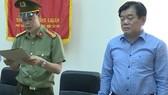 Ông Hoàng Tiến Đức, Giám đốc Sở Giáo dục và Đào tạo Sơn La (bên phải) bị kỷ luật bằng hình thức cách chức tất cả các chức vụ trong Đảng