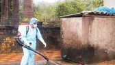 Spraying chemicals to kill mosquitos and its larva (Photo: SGGP)
