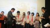 Japan-Vietnam Special Ambassador Sugi Ryotaro presents awards for students (Source: emb-japan)