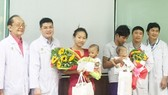 Medical workers congratulate the twins' parents when the babies are discharged (Photo: SGGP)