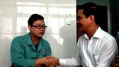 A leader of Yen Bai Province visits on of surgeons (green ) who was assaulted by patient's relative  (Photo: SGGP)