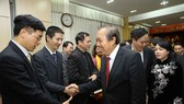 Deputy Prime Minister Truong Hoa Binh (R) meets with doctors of the National Hospital of Odonto-Stomatology on February 23 (Photo: VNA)