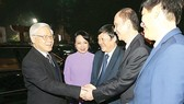 Party Chief Nguyen Phu Trong shakes hands with leaders of Health Ministry (Photo: SGGP)