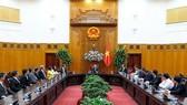 PM Nguyen Xuan Phuc receives Singaporean investors (Photo: chinhphu.vn)