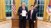 Vietnamese Ambassador Ha Kim Ngoc (R) presents his letter of credentials to US President Donald Trump (Source: VNA)