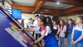 Students participate in a contest about traffic regulations (Photo: SGGP)