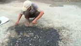 Minister thanks old man who repairs potholed streets for years