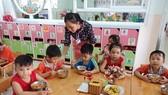 Preschoolers are eatign their lunch (Photo: SGGP)