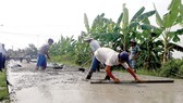 Asphalted roads are built in Long An to replace mud ones (Photo: SGGP)