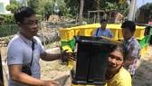 Residents receive dust bins (Photo: SGGP)