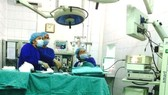 Medical workers perform an operation to treat   hemorrhoids (Photo: SGGP)